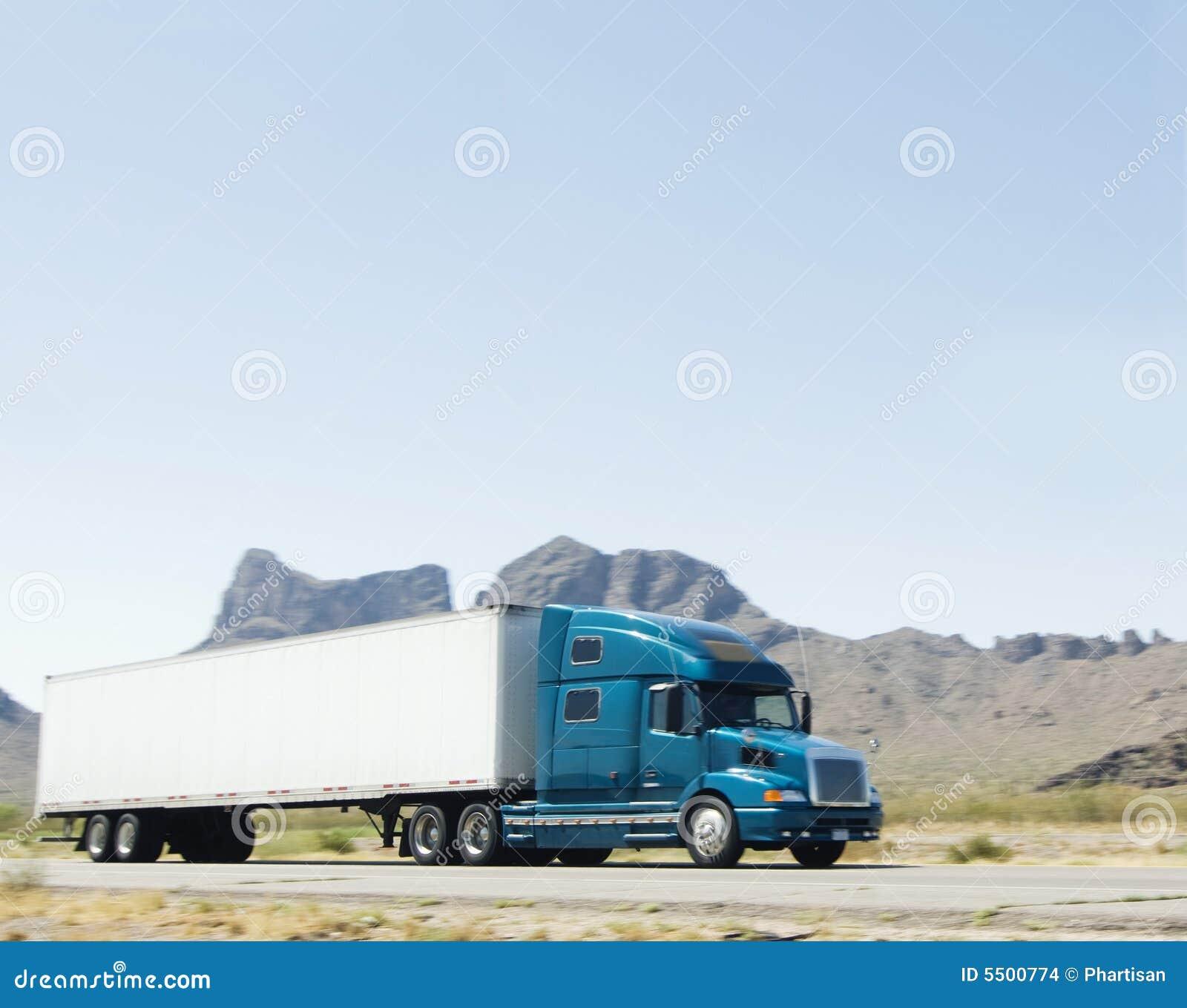 Les grandes marchandises lourdes transportent le camion expédiant par A
