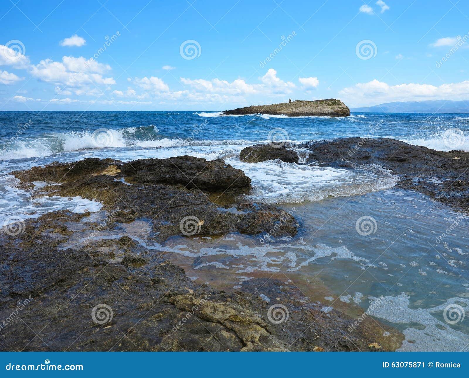 Download Les Grandes Vagues Sur La Roche Marchent La Mer Et Le Ciel Bleus Sur Crète Image stock - Image du climate, danger: 63075871