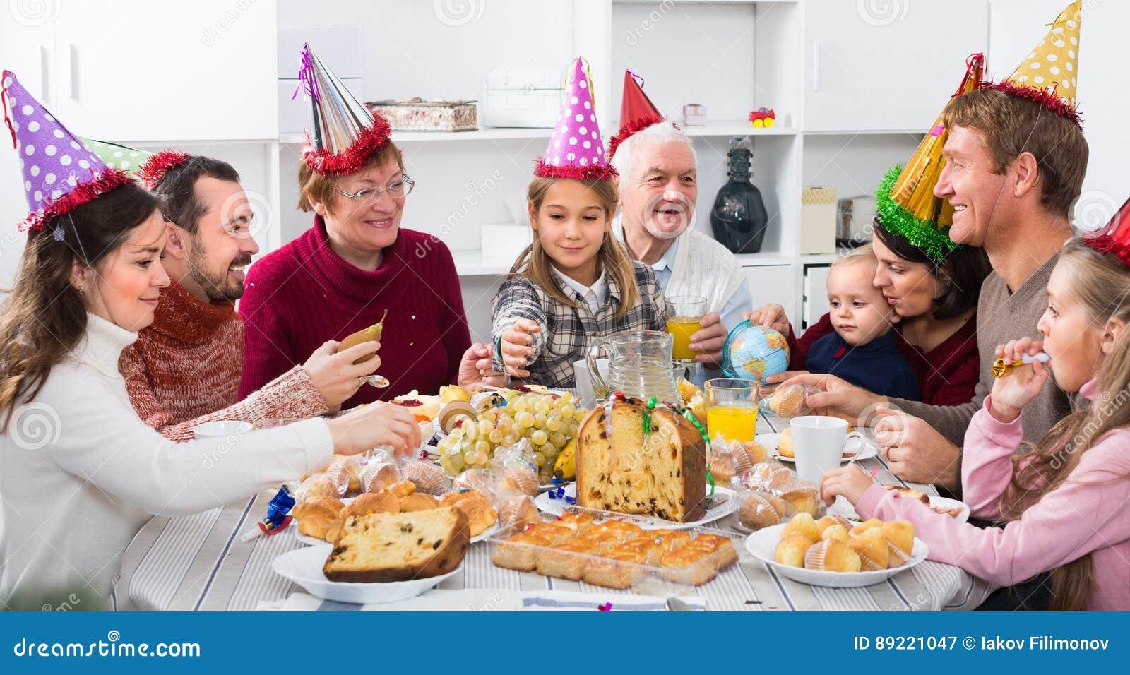Les grands-parents 60-70 années avec des enfants ont le bon temps