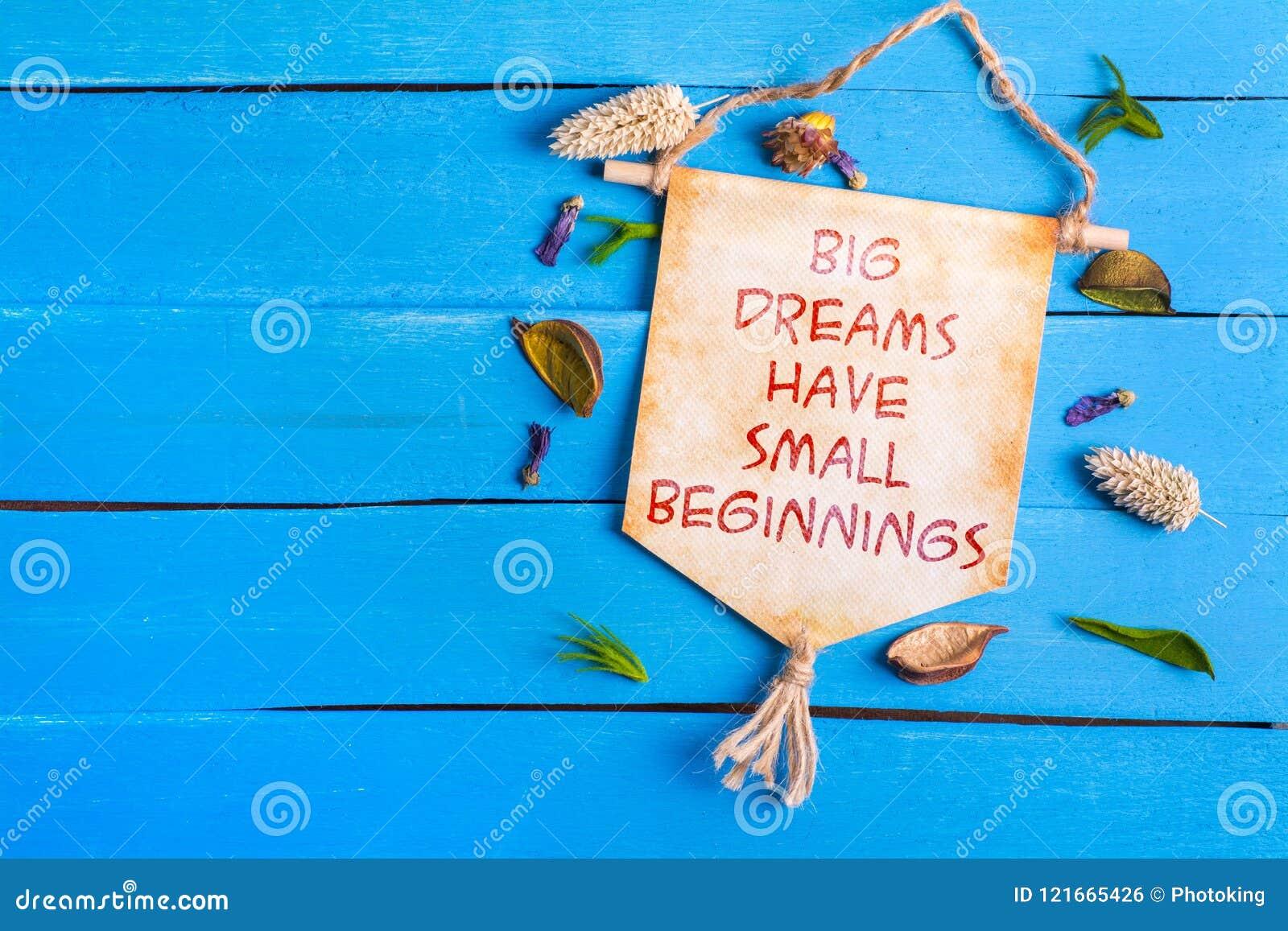 Les grands rêves ont le petit texte de débuts sur le rouleau de papier