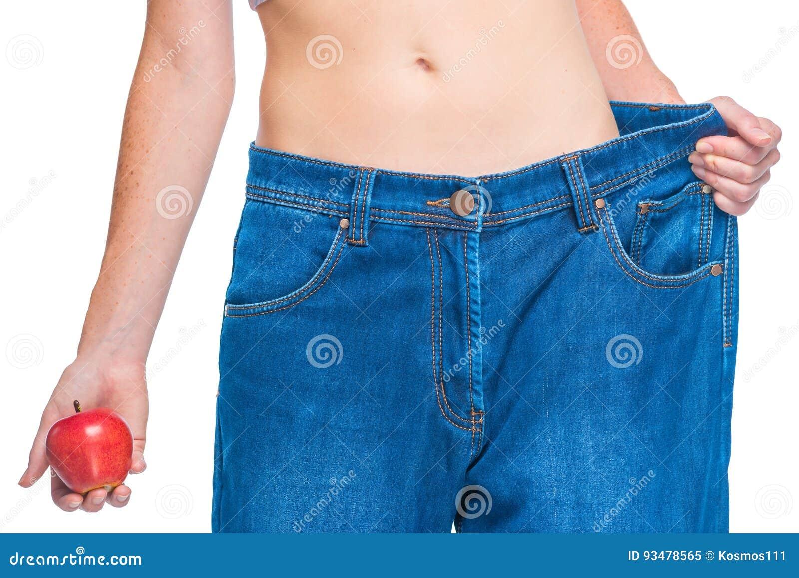 Les hanches et les filles minces d estomac après des régimes démontrent le resul