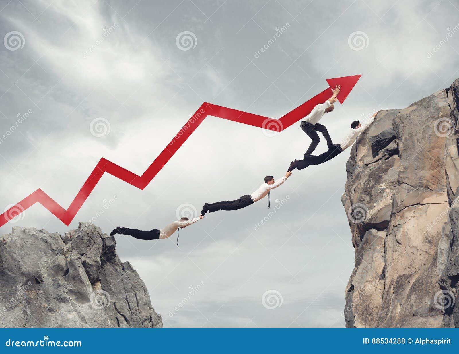 Les hommes d affaires jettent un pont sur le travail ensemble pour le succès d entreprise