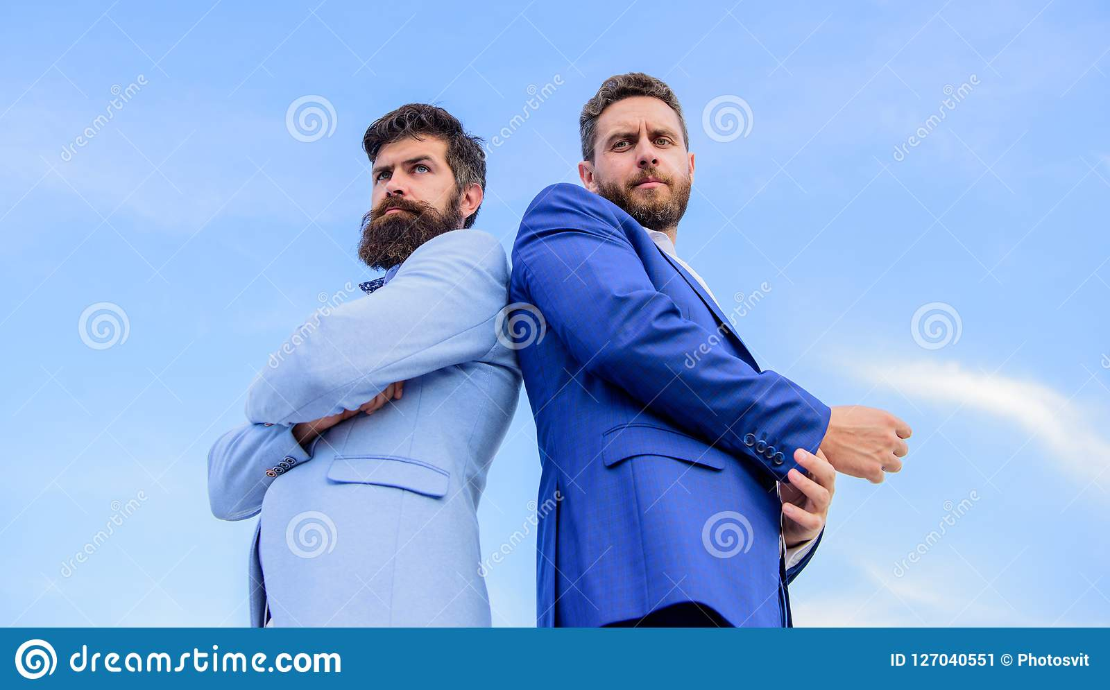 Les hommes d affaires reculent pour soutenir le fond de ciel bleu L aspect impeccable améliore l entrepreneur de professionnel de