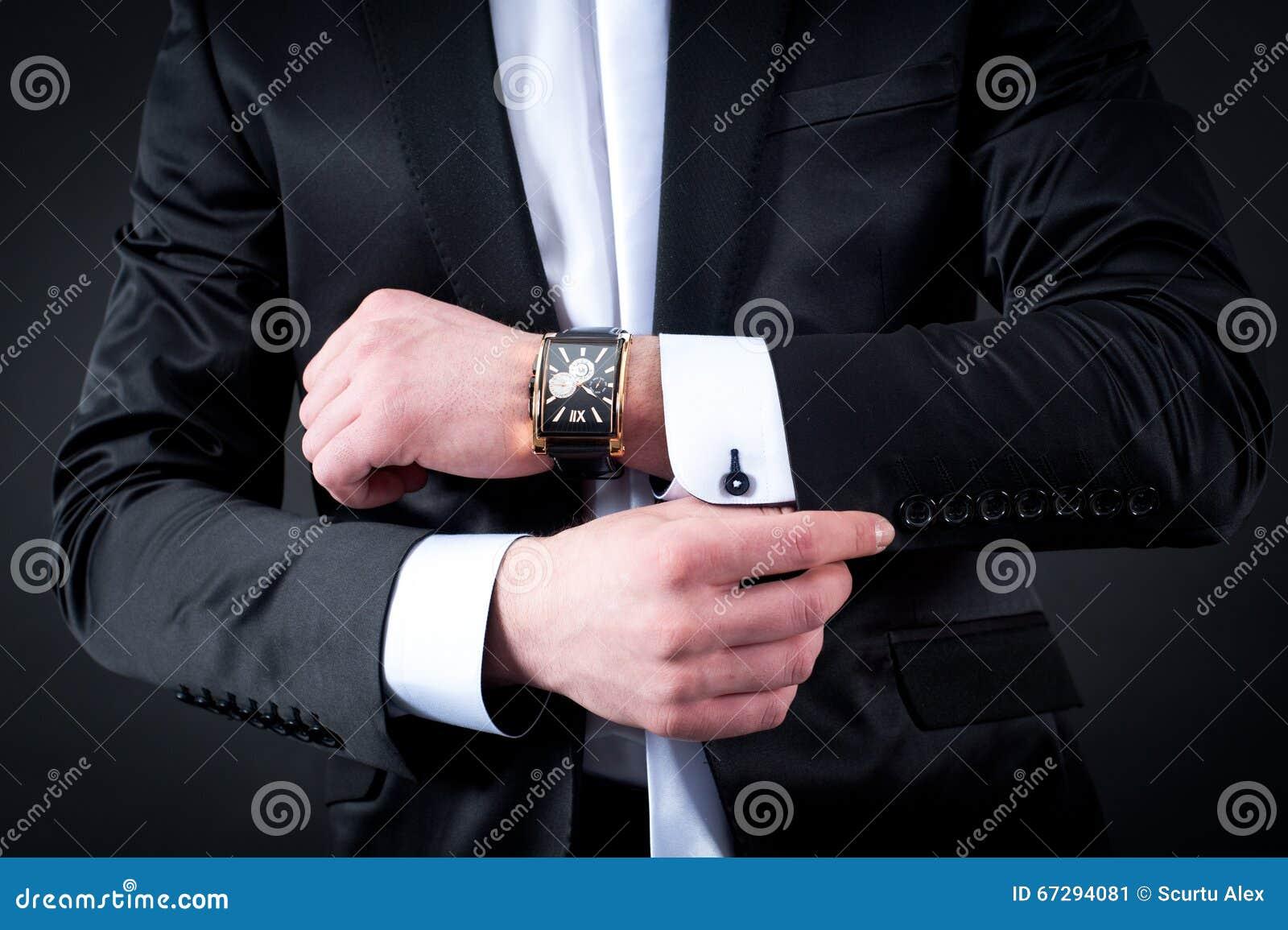 Les hommes noircissent le costume et la montre