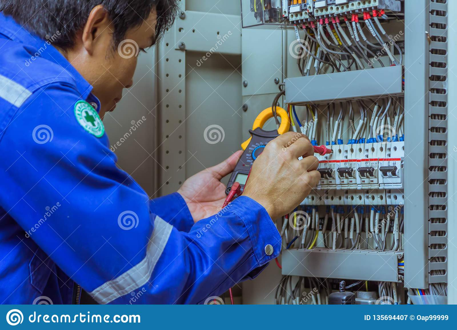 Les ingénieurs masculins vérifient le système électrique avec les outils électroniques, bride-sur, l agrafe ampère, mètre de brid