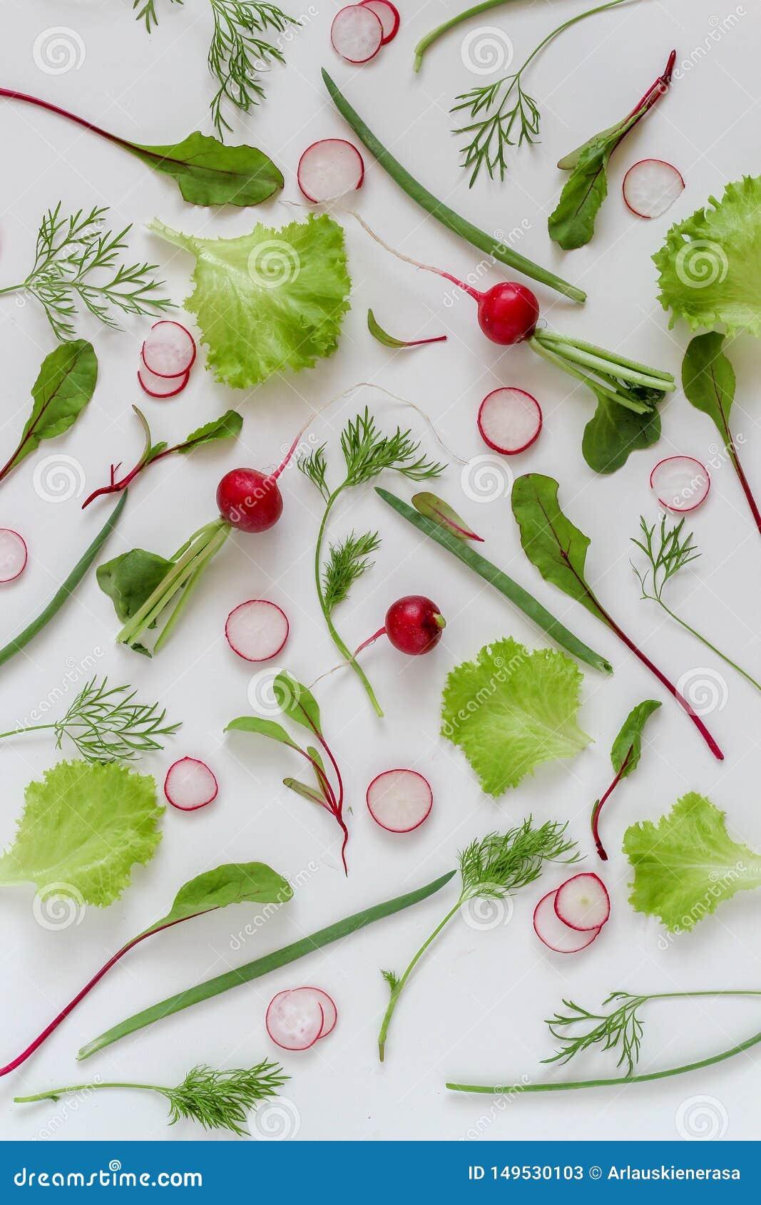 Les ingrédients de salade s étendent à plat Légumes organiques sur a sur un fond blanc