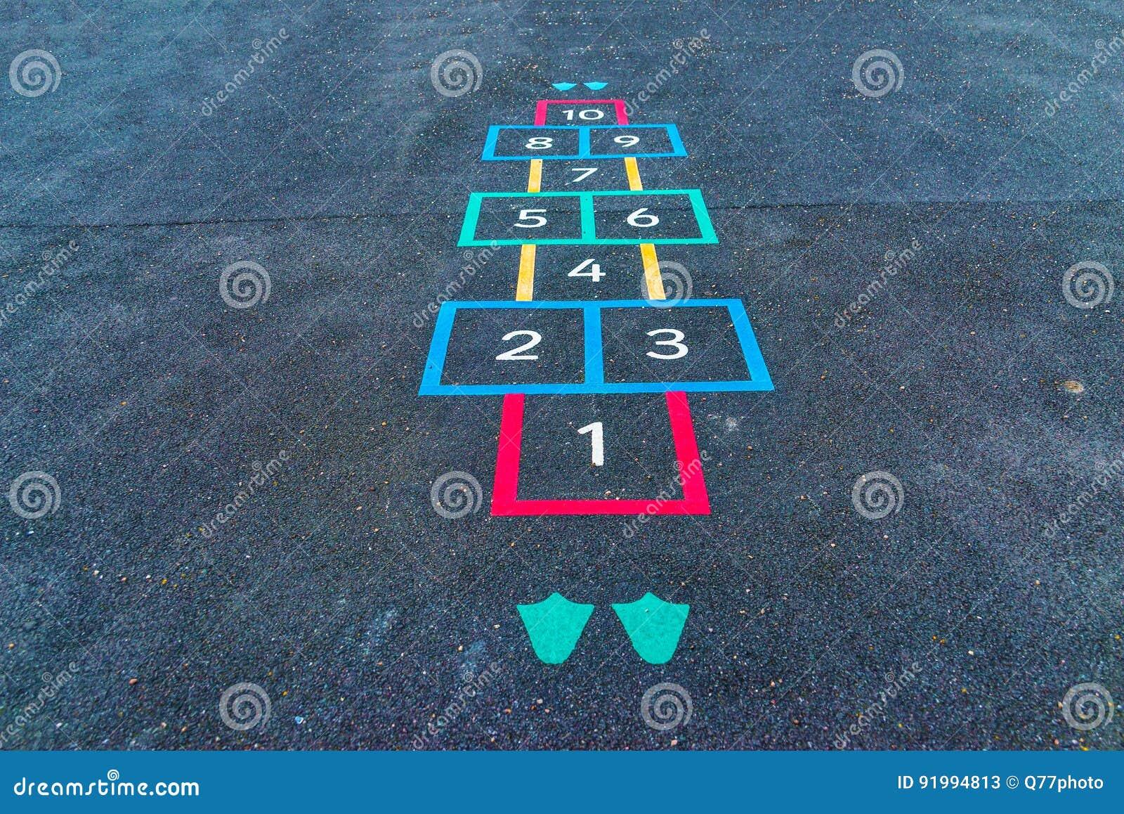 Les inscriptions et les dessins ont conçu pour jouer sur l asphalte, créent
