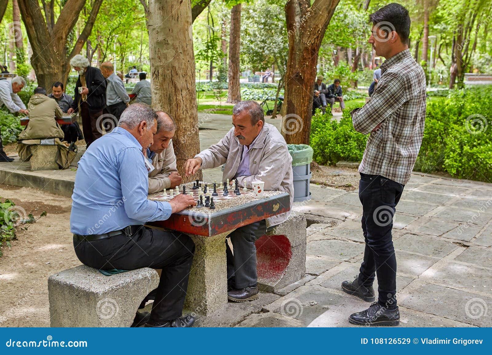 Les Iraniens pluss âgé jouent aux échecs en parc, Isphahan, Iran