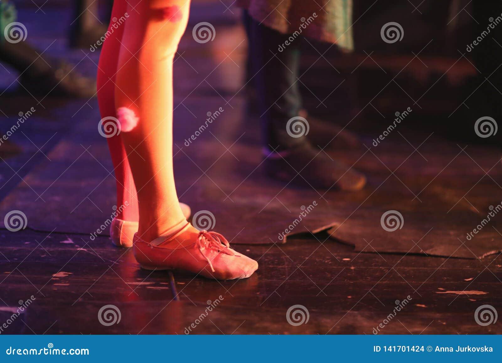 Les jambes de jeunes danseurs classiques