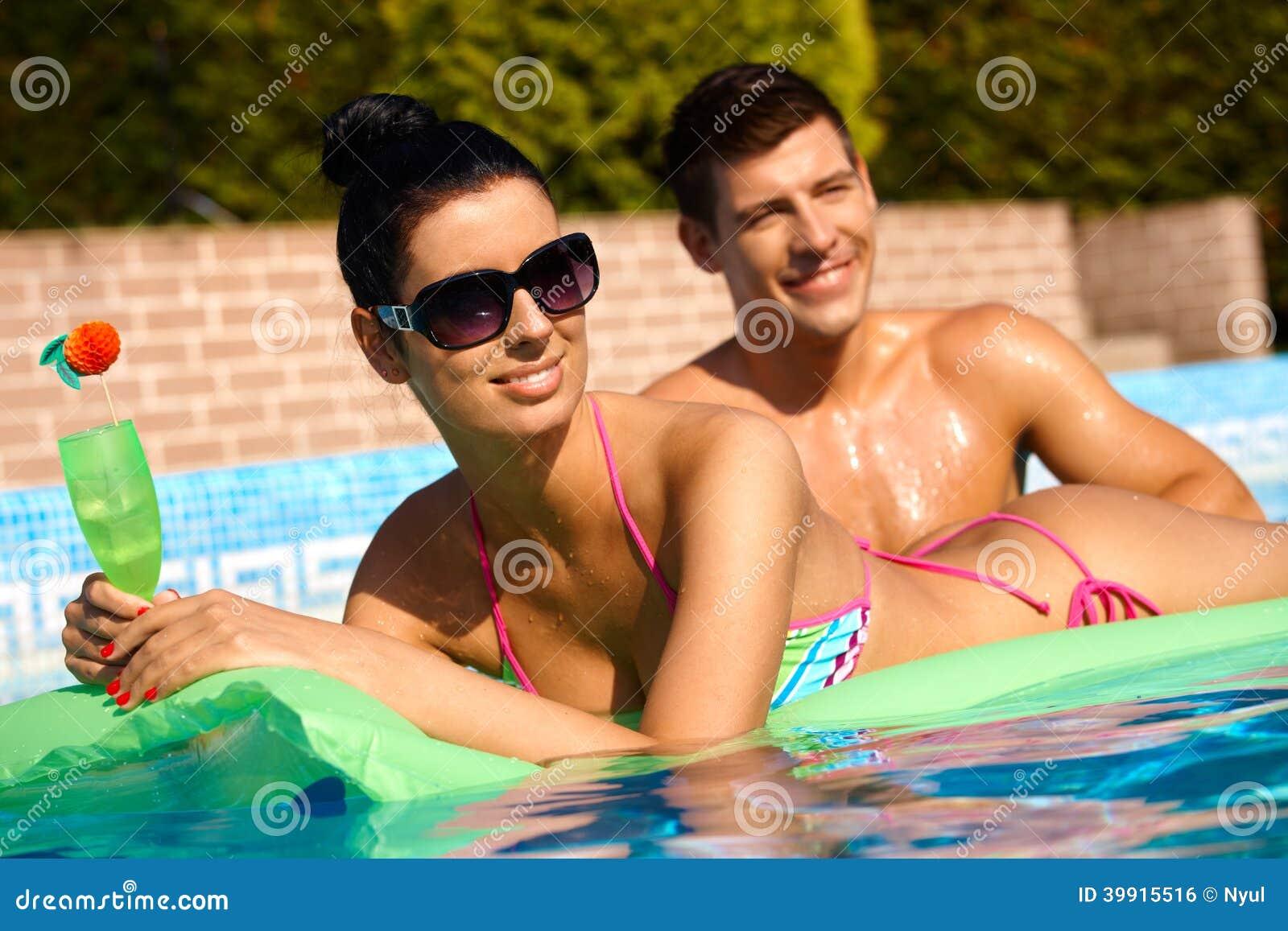 Les jeunes à l été dans le sourire de piscine