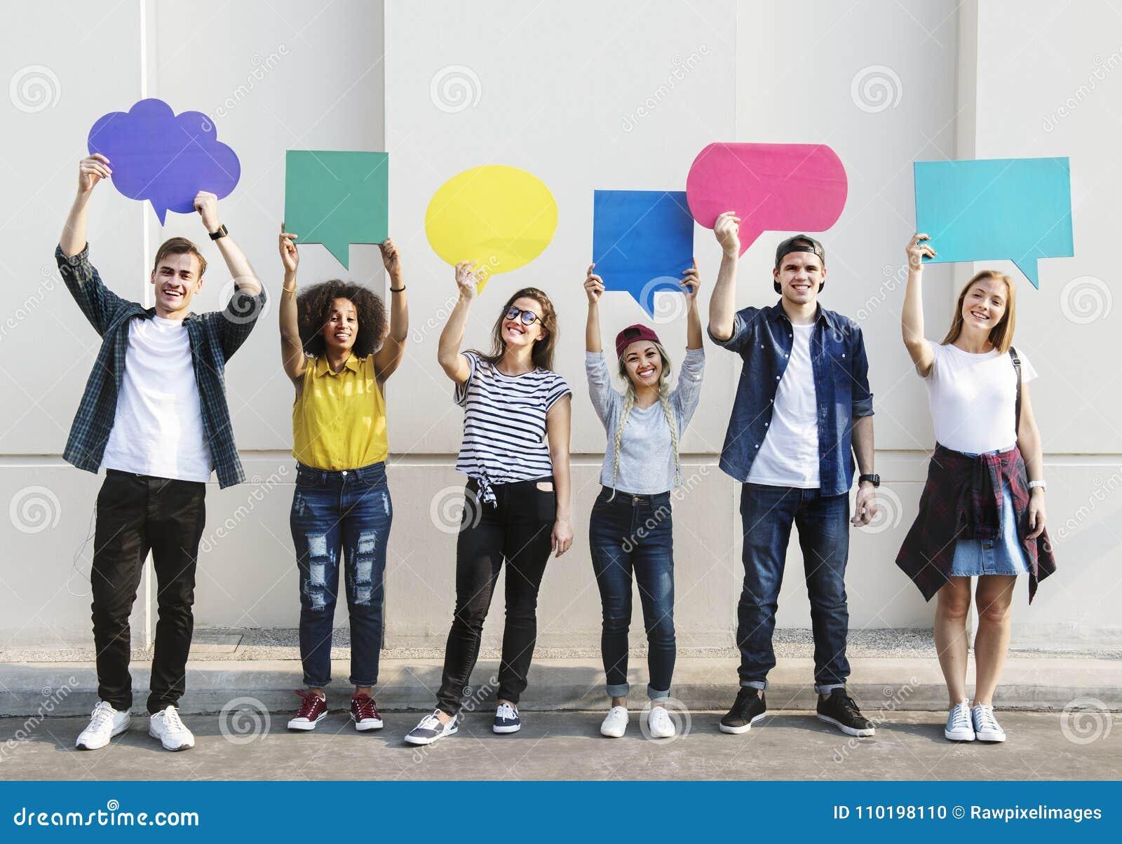 Les jeunes amis adultes retardant le copyspace marquent des bulles de pensée
