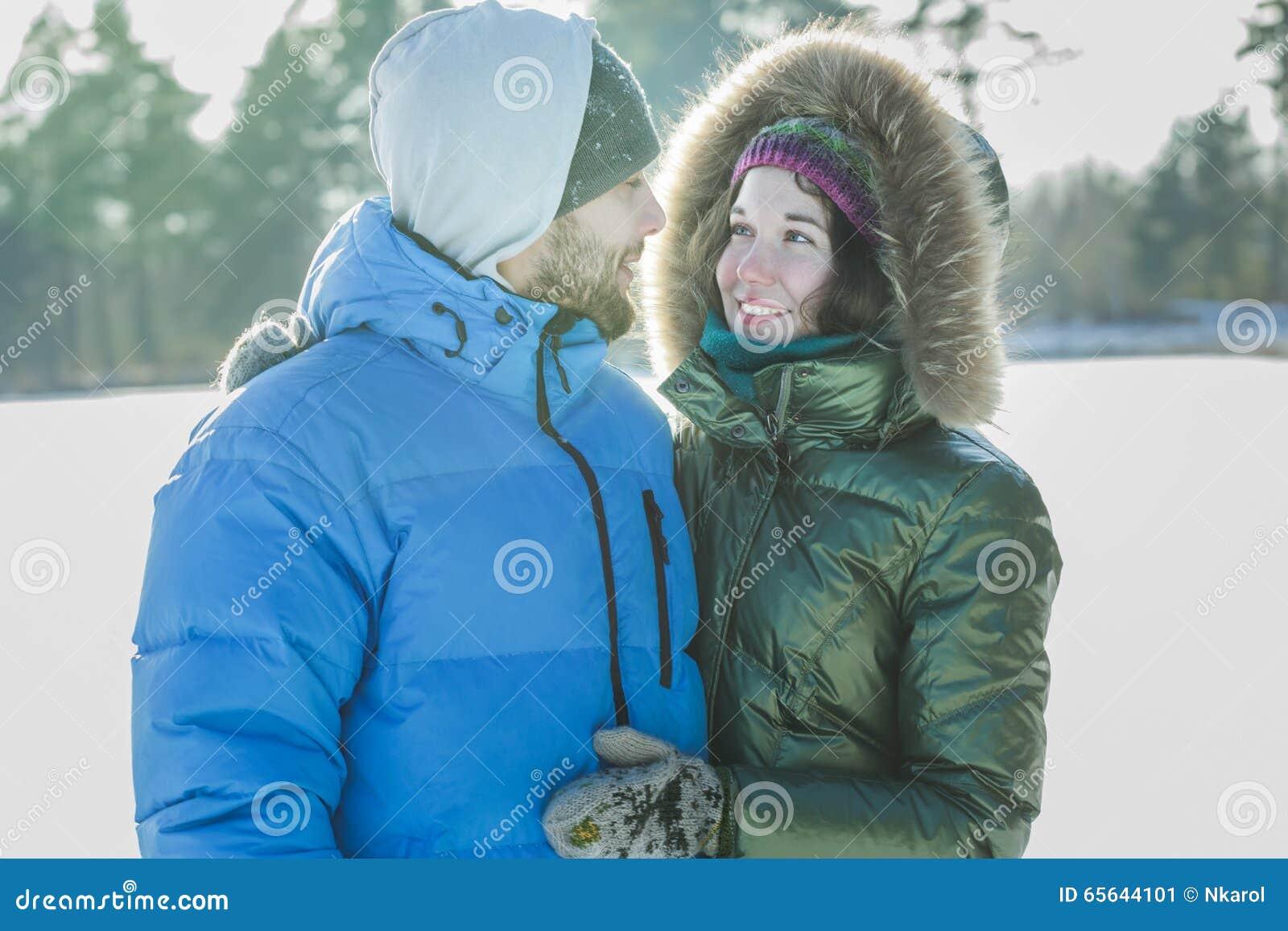 Les jeunes attirants dans l amour regardant l un l autre et le sourire
