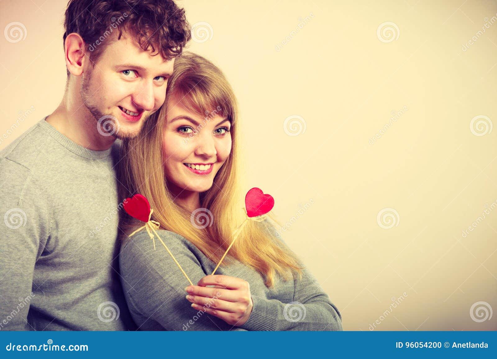 Les jeunes avec du charme épluchent avec de petits coeurs