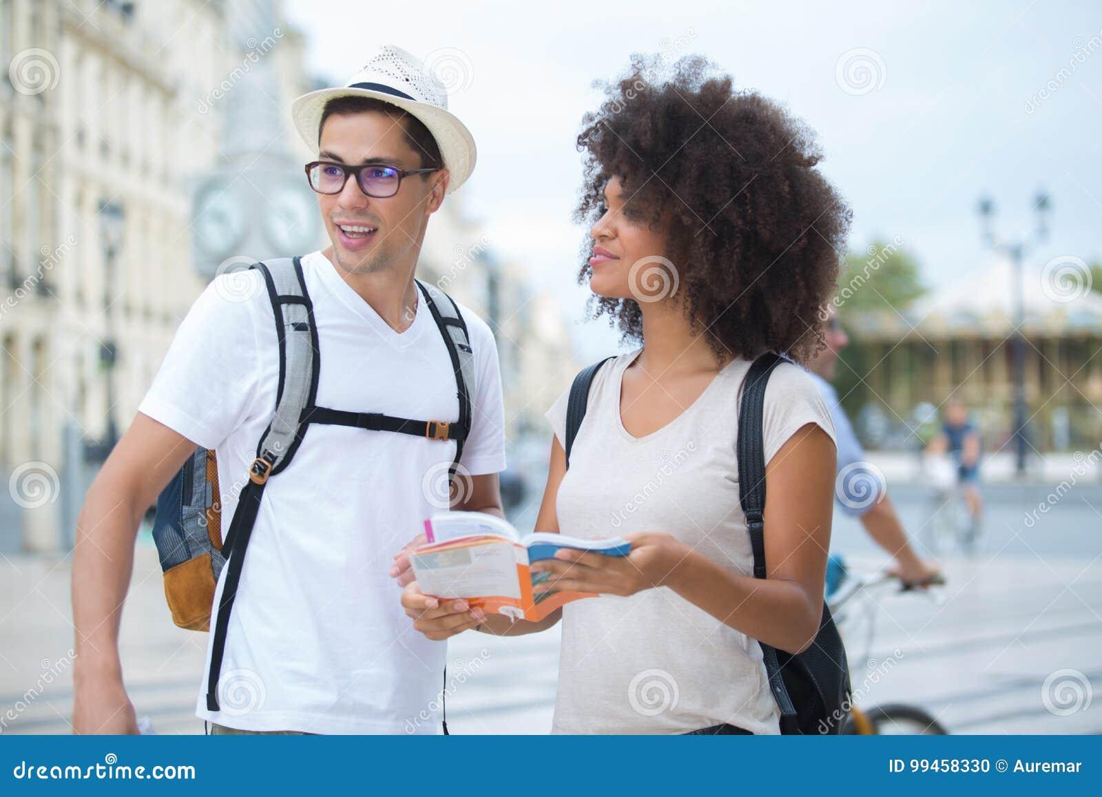 Les jeunes beaux couples romantiques heureux ont perdu dans la ville