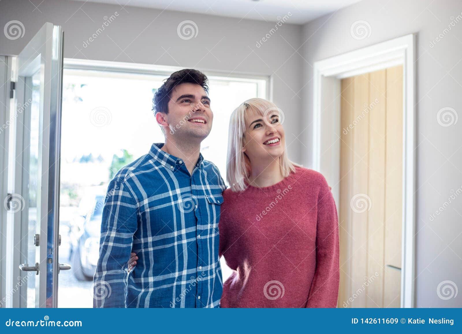 Les jeunes couplent le regard autour de la nouvelle maison à louer ou acheter ensemble