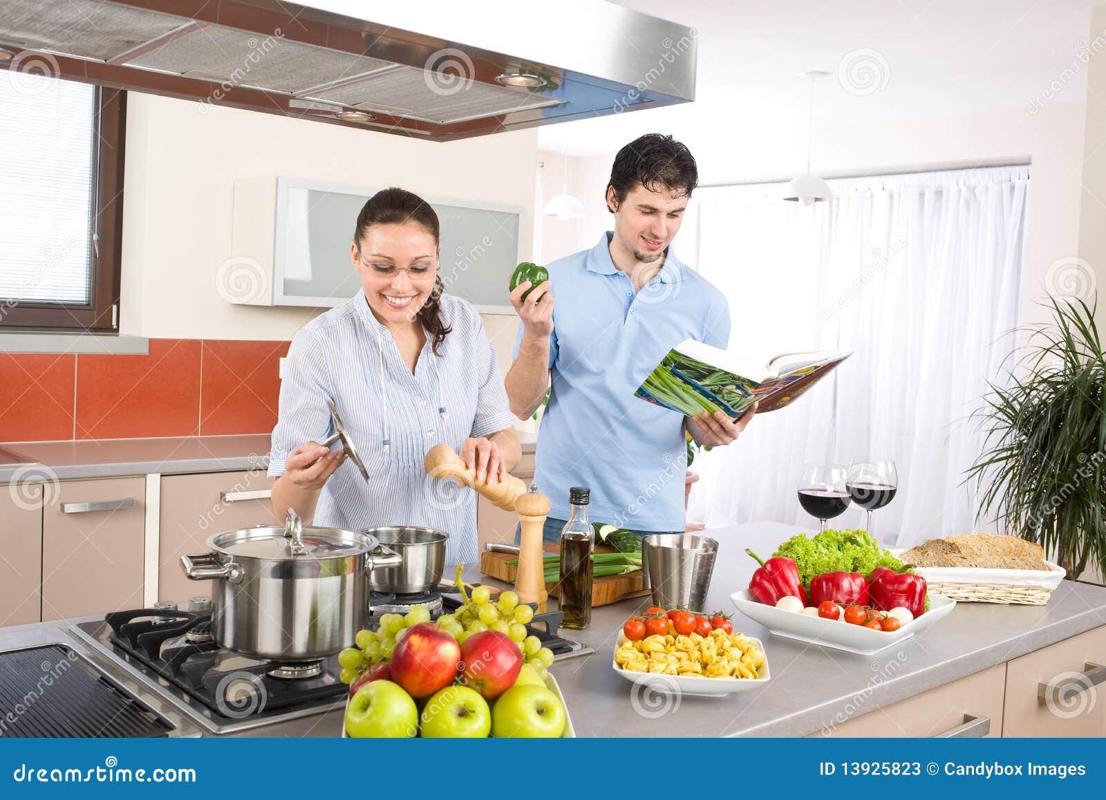 Les jeunes couples heureux font cuire dans la cuisine avec for Asticots dans la cuisine
