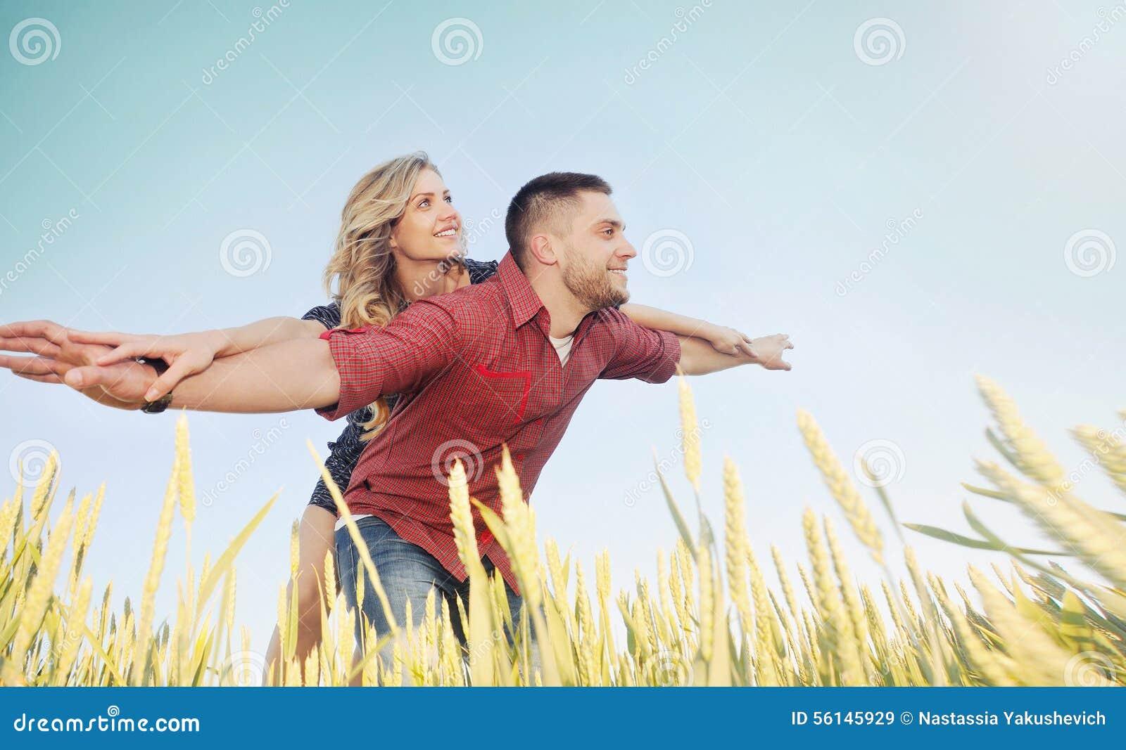 Les jeunes couples heureux ont l amusement au champ de blé en été, futu heureux