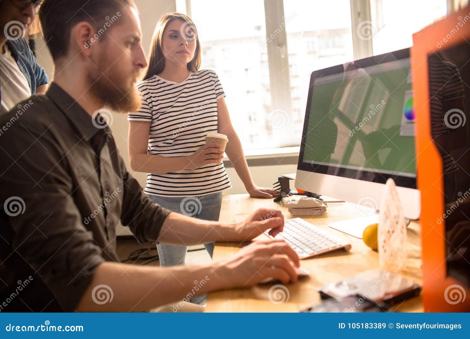 Les jeunes créatifs collaborant sur la conception de Digital