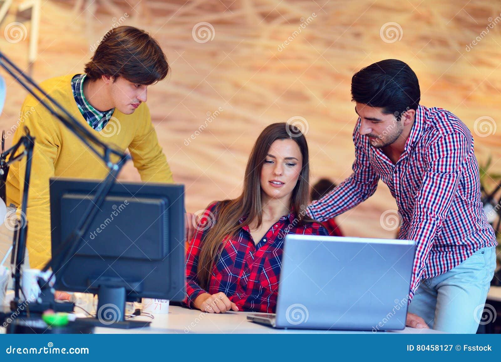 Les jeunes créatifs de jeune entreprise groupent la séance de