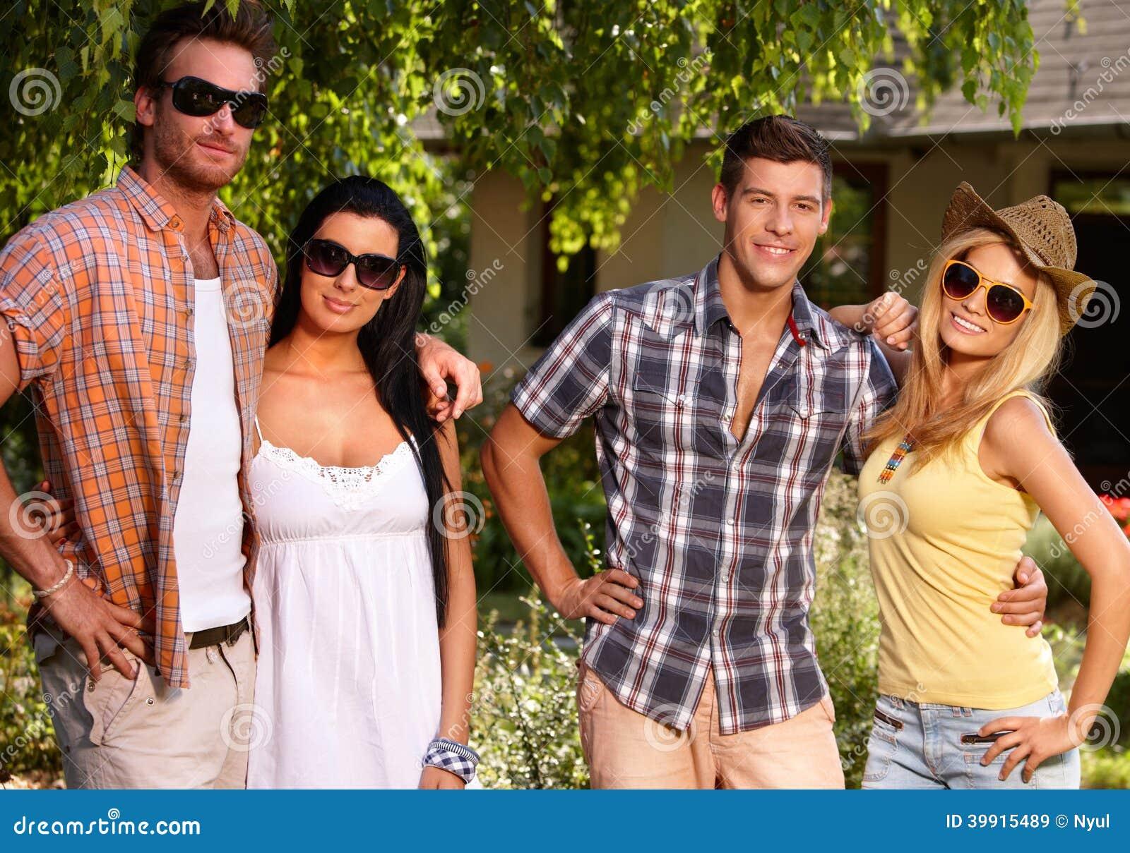 Les jeunes dans le jardin à l été