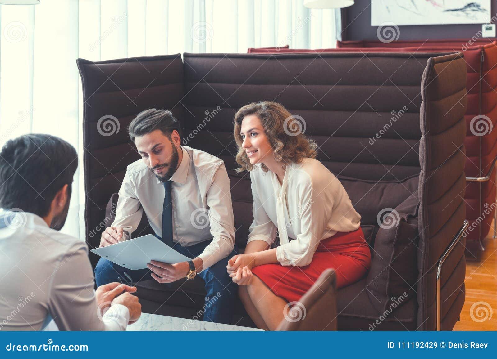 Les jeunes dans le lieu de travail
