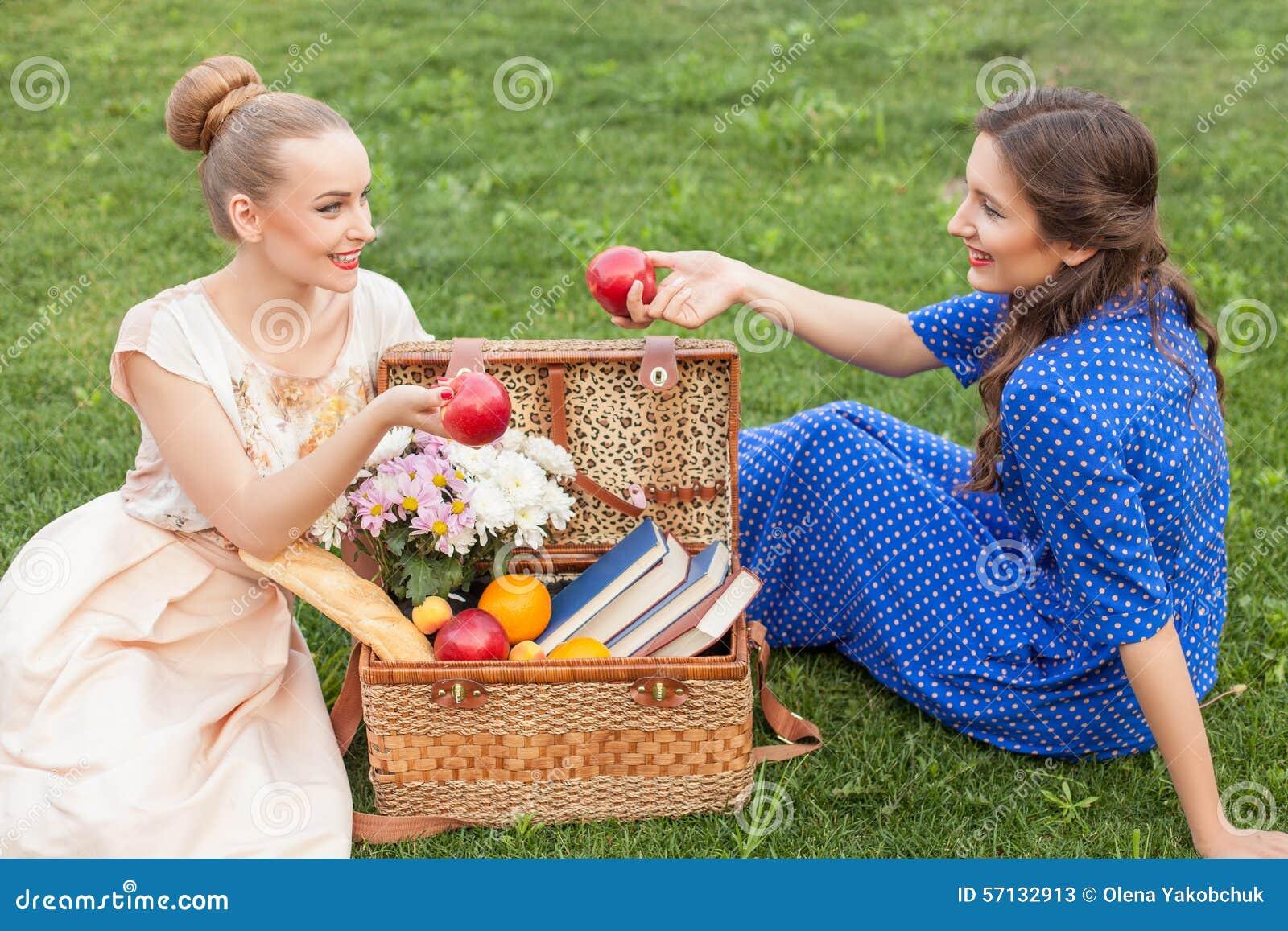 Les jeunes femmes gaies détendent dans la nature