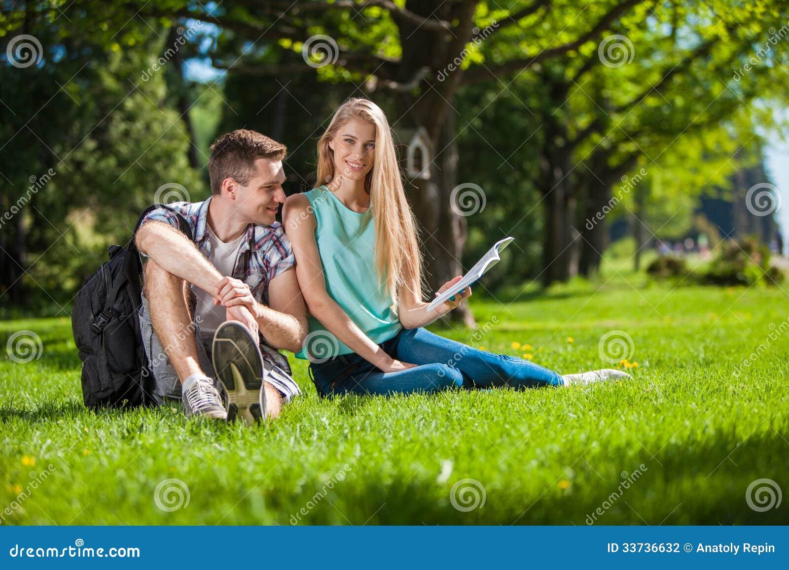 Les jeunes heureux dehors