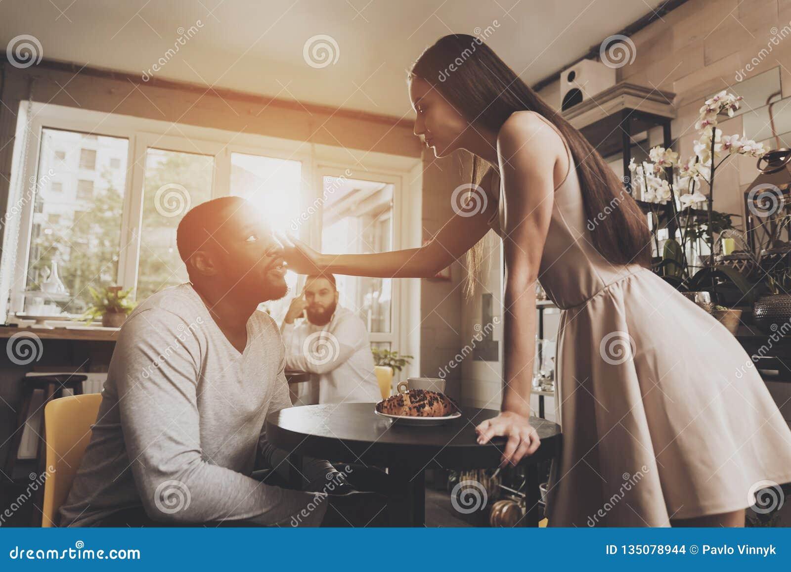 Les jeunes hommes et femmes de couples découvrent des relations