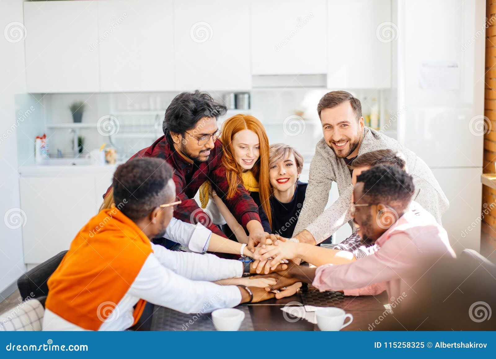 Les jeunes joignent des mains pour montrer leur unité