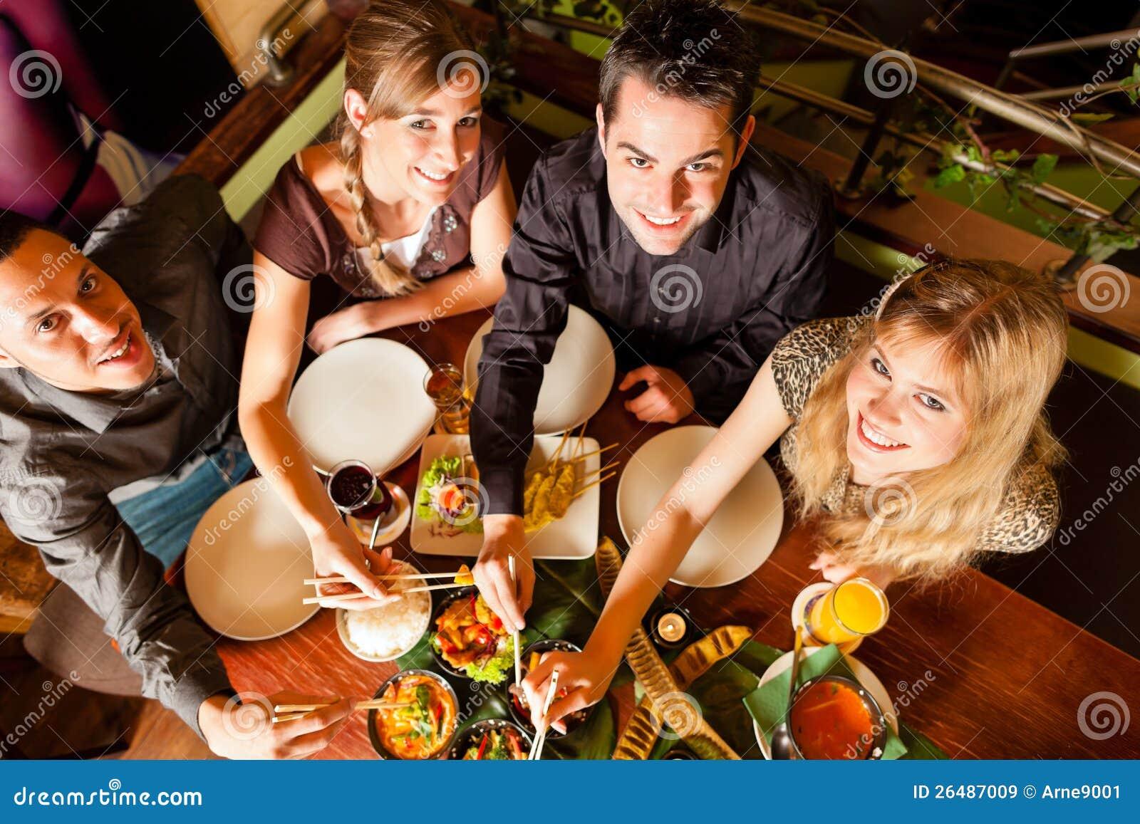 Les jeunes mangeant dans le restaurant thaï