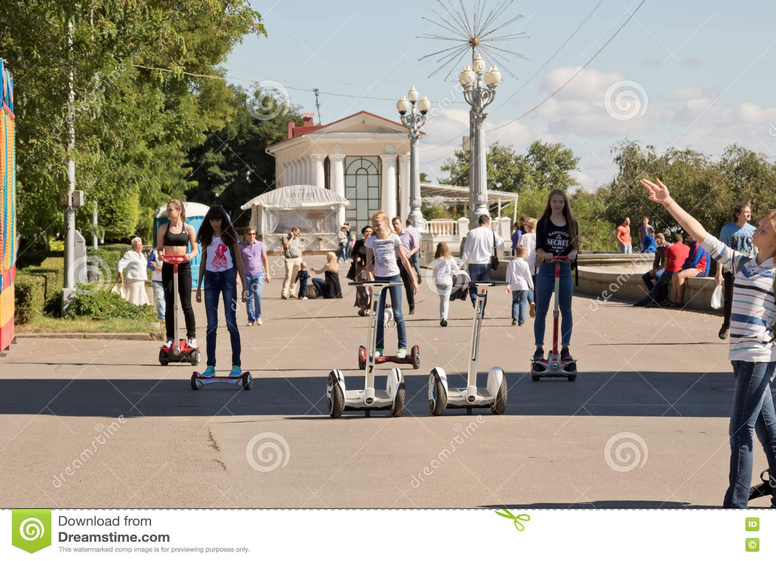 Les jeunes montant un Segway et un gyrometer sur l asphalte sur