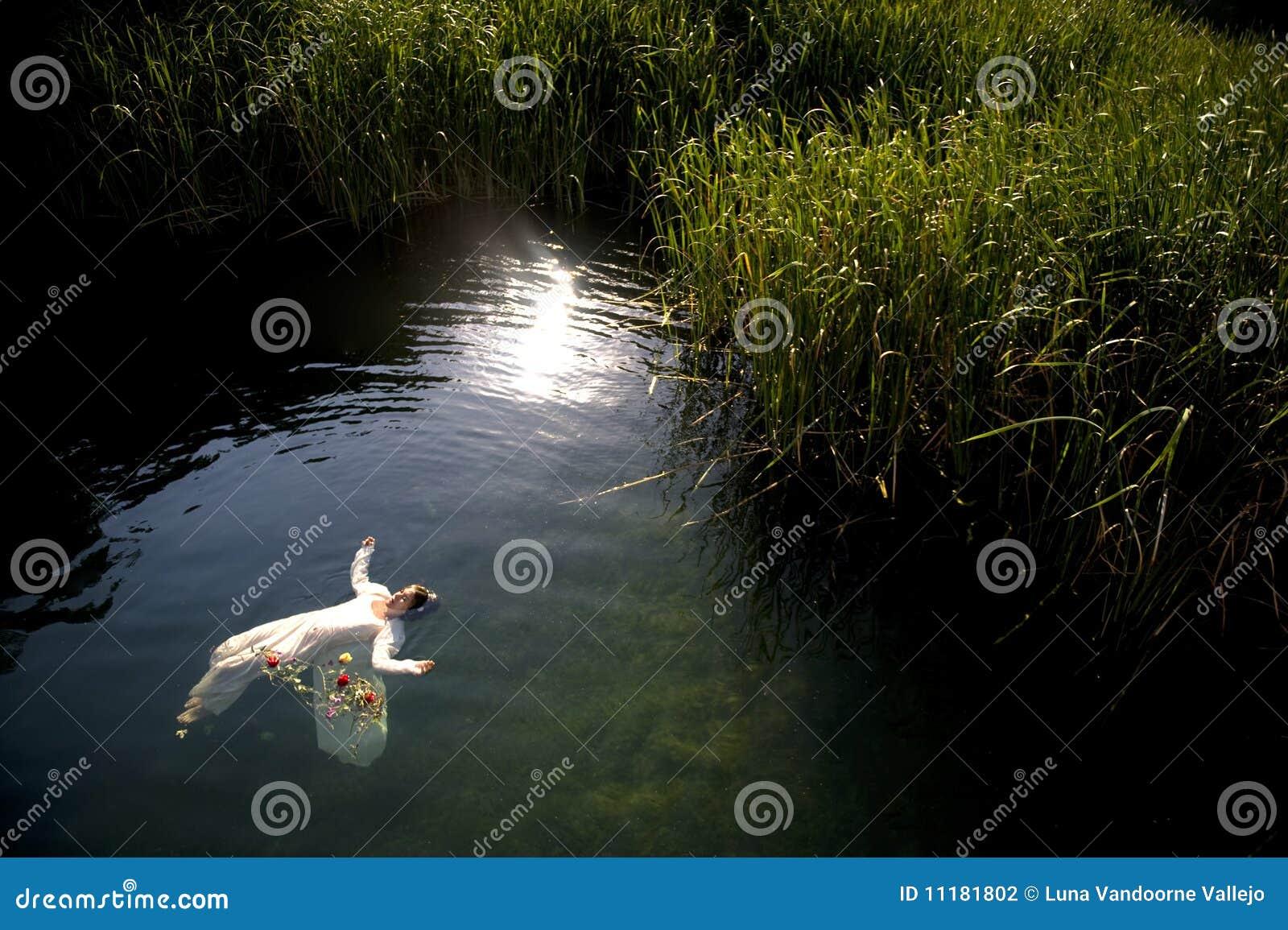 Les jeunes noient le femme dans le lac