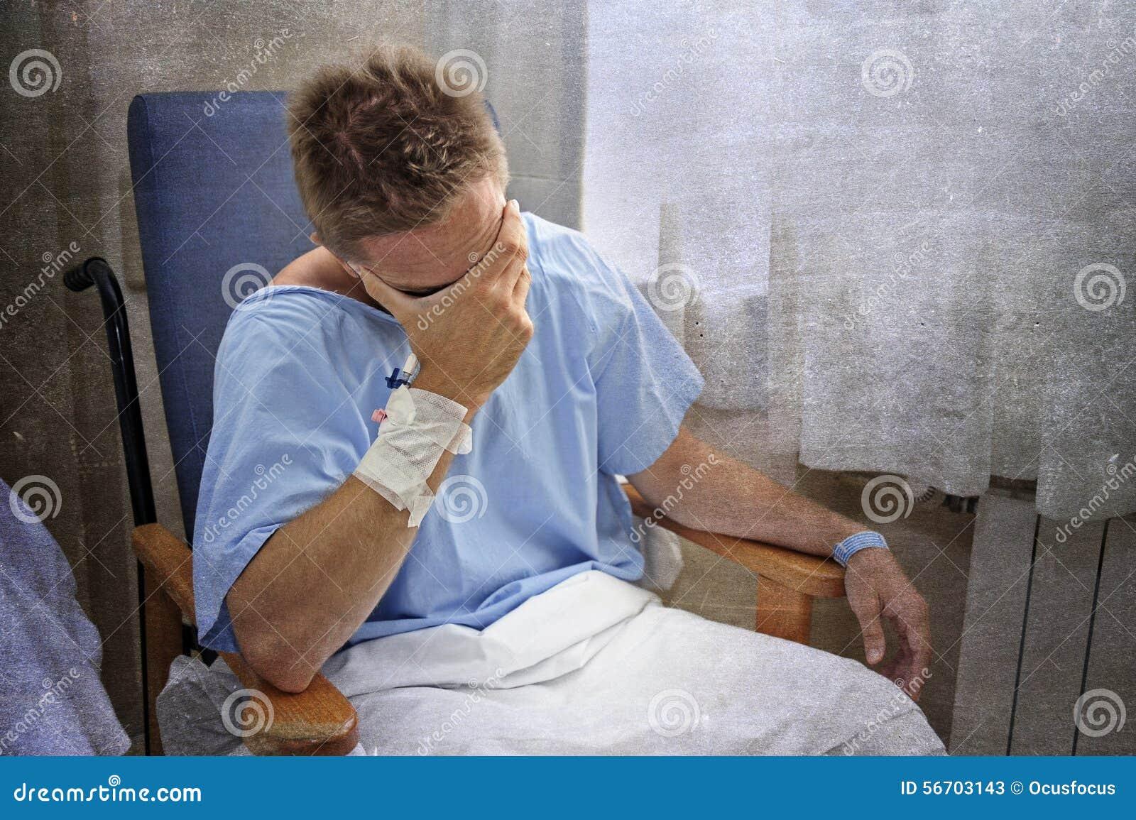 Les jeunes ont blessé l homme pleurant dans la chambre d hôpital reposant seul pleurer en douleur inquiétés pour son état de sant