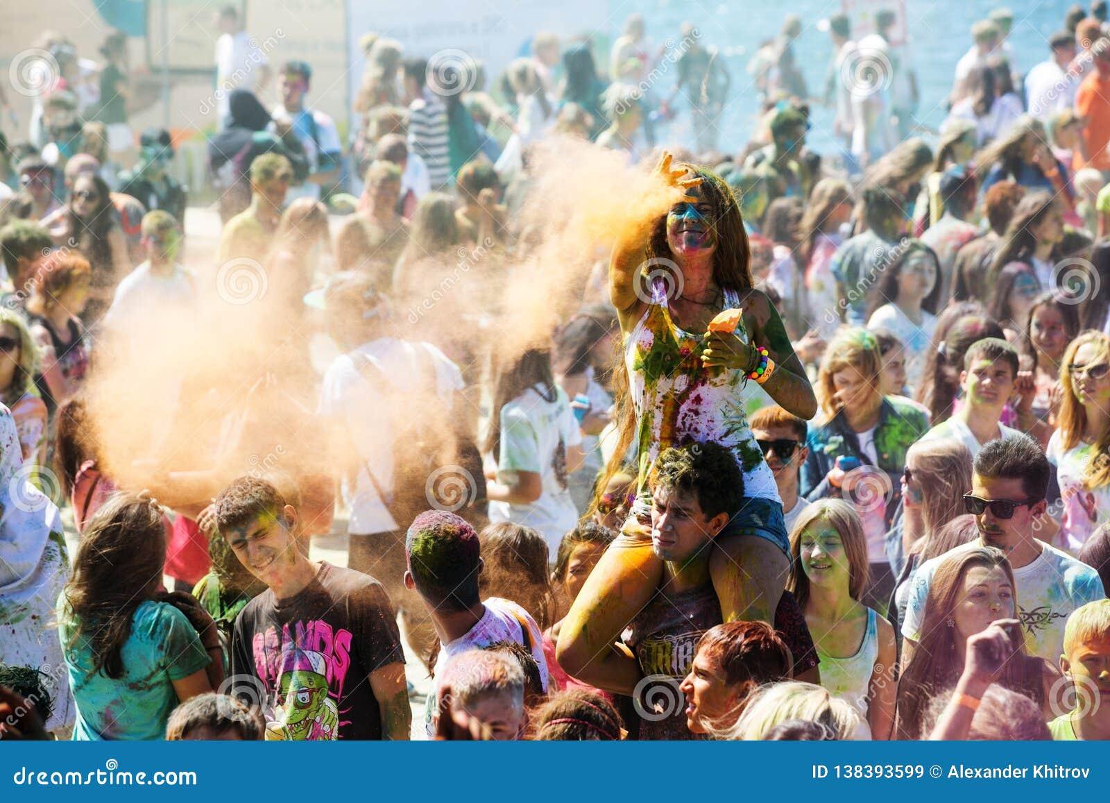 Les jeunes, les personnes décorées participent au festival de Holi de couleurs dans Vladivostok