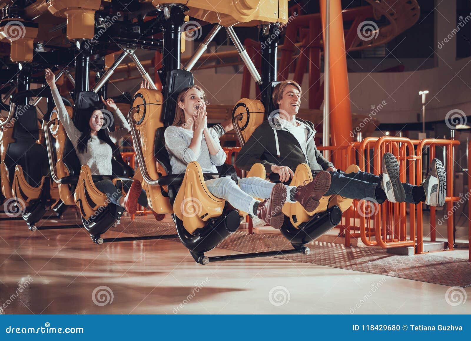 Les jeunes sont enchantés avec le parc d attractions