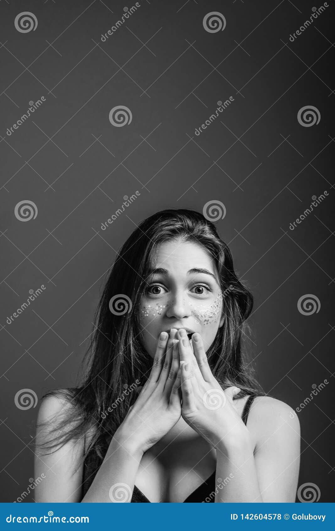 Les jeunes yeux femelles d effroi effrayent des mains disent du bout des lèvres