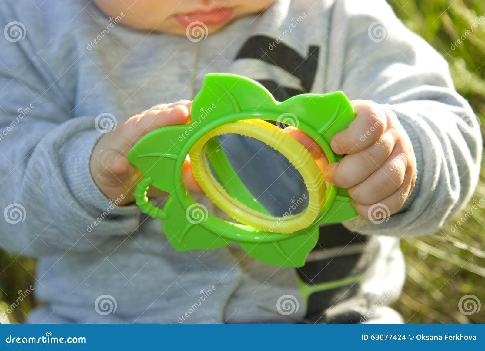 Download Les Jeux D'enfant Avec Un Miroir Photo stock - Image du clairière, main: 63077424