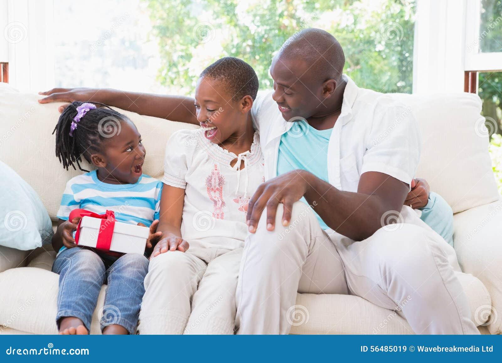 Les jolis couples offrent un presente pour leur fille