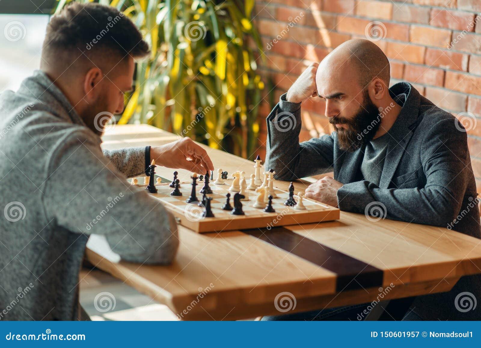 Les joueurs d échecs masculins, déplacent l éléphant noir