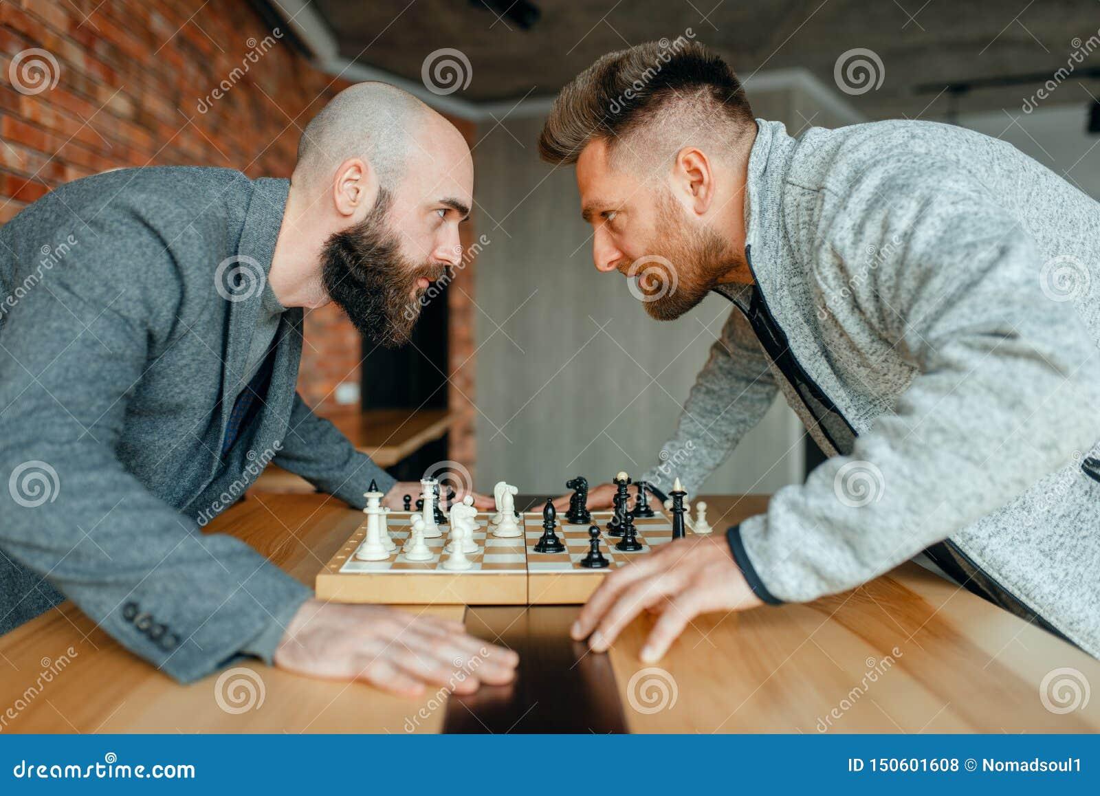 Les joueurs d échecs regardent dans les yeux de chacun