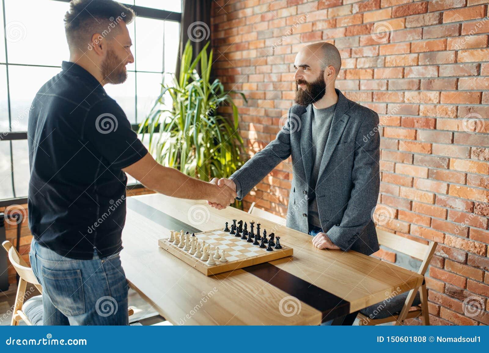 Les joueurs d échecs se serrent la main avant le jeu