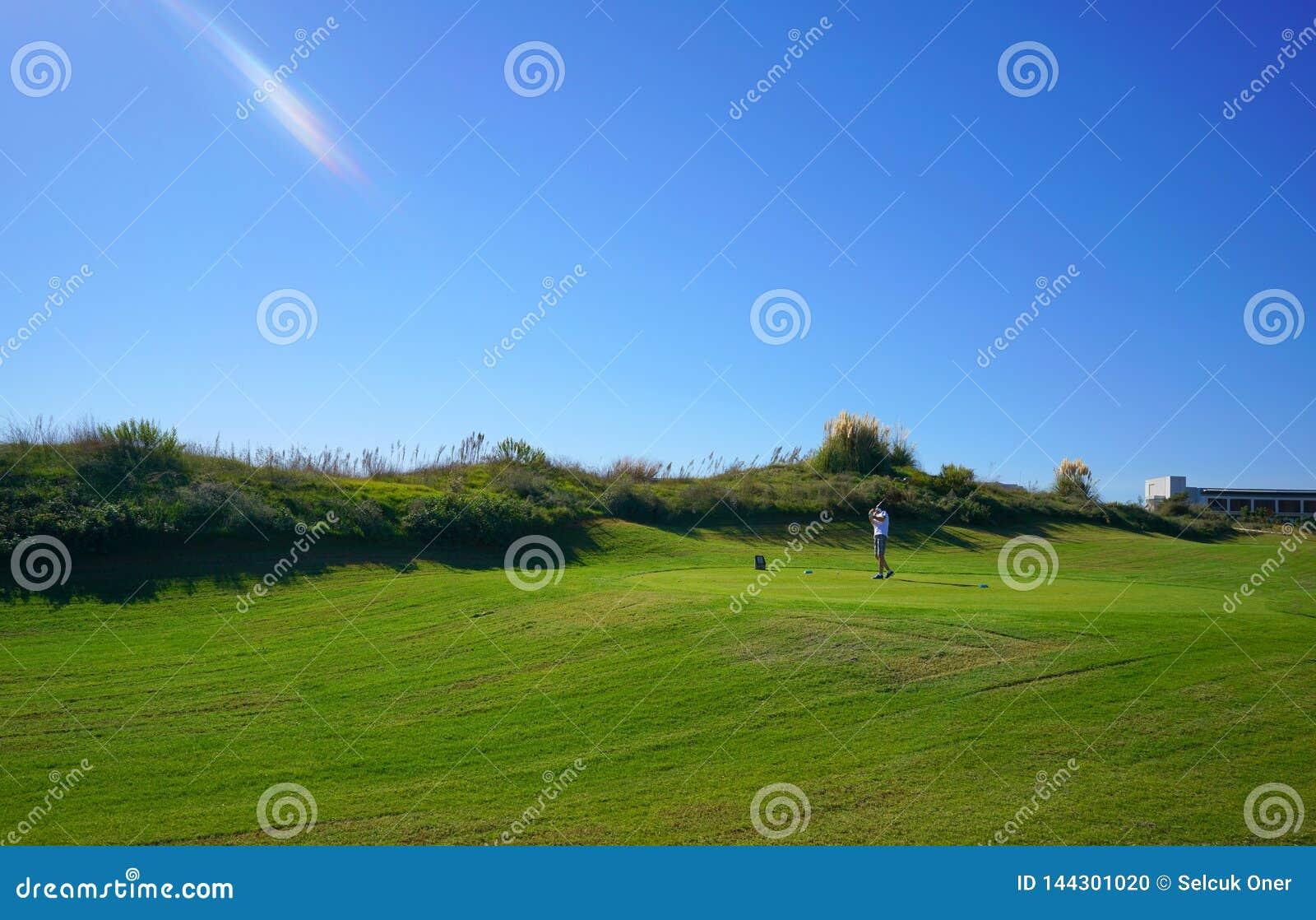 Les joueurs de golf apprécient le terrain de golf de liens de Likya au jour ensoleillé à Antalya
