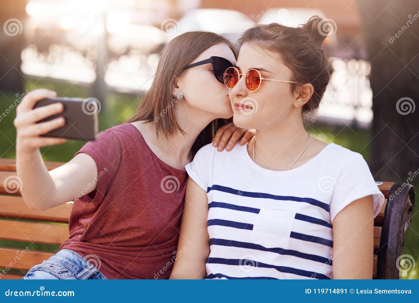 les lesbiennes gros butin twerking sur une queue