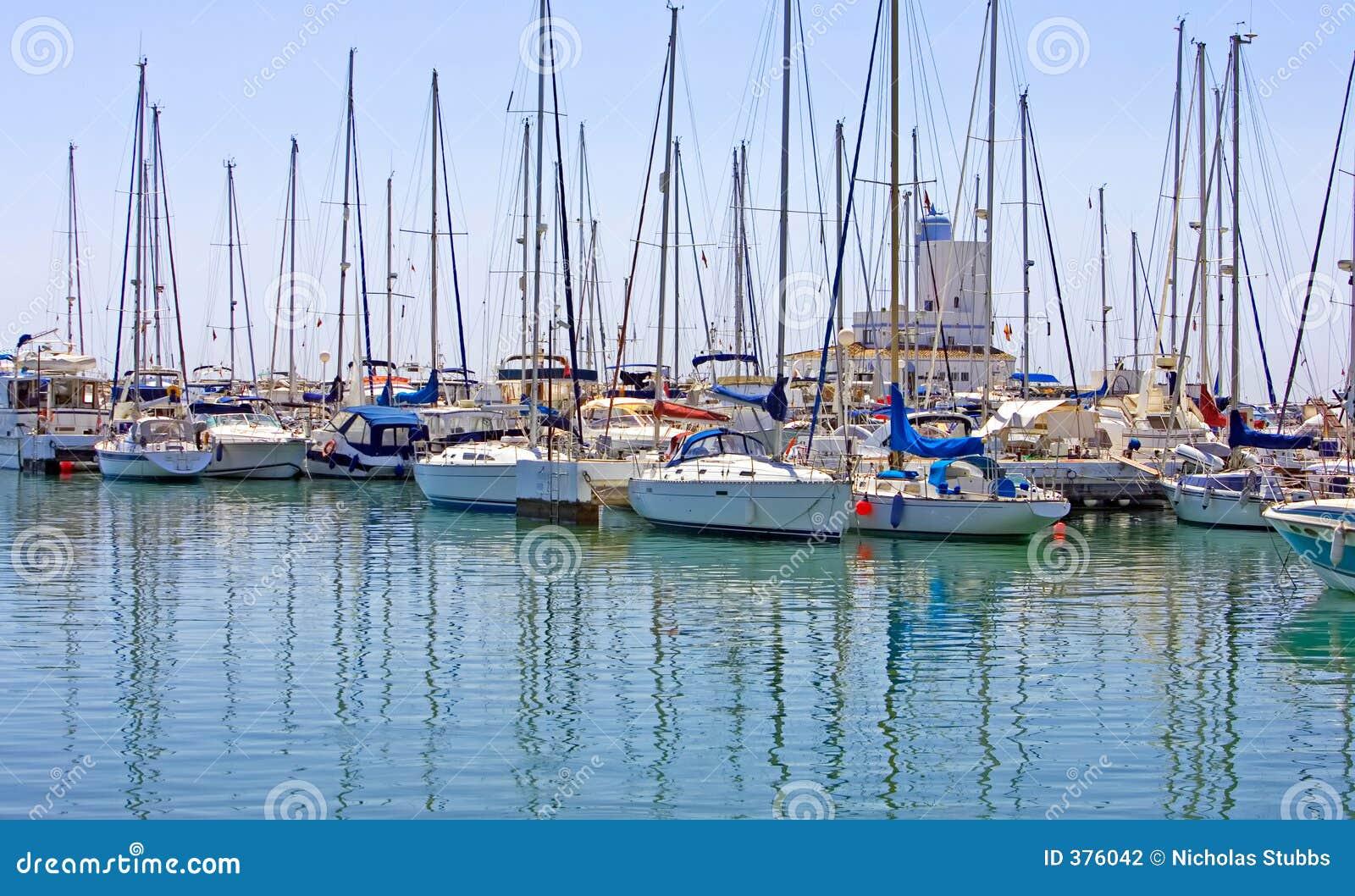 Les lignes des yachts de luxe dans Duquesa mettent en communication en Espagne sur le del de côte