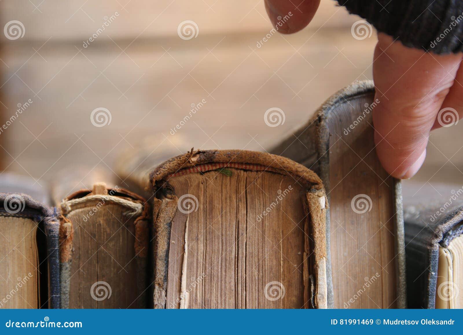 Les livres pour lire l'idée, homme prend le livre, foyer mou photo ...
