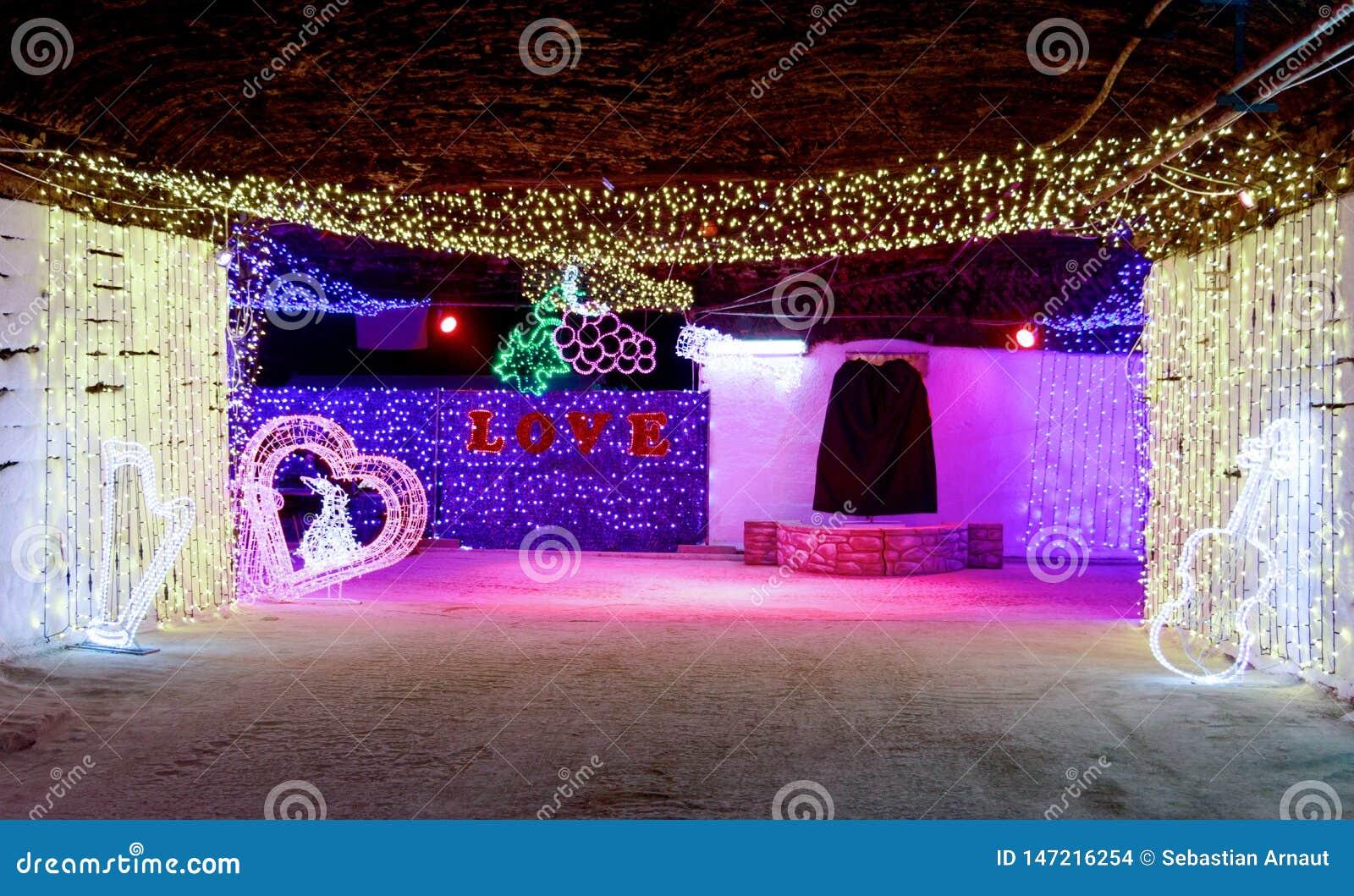 Les lumières décoratives illuminent les rues souterraines
