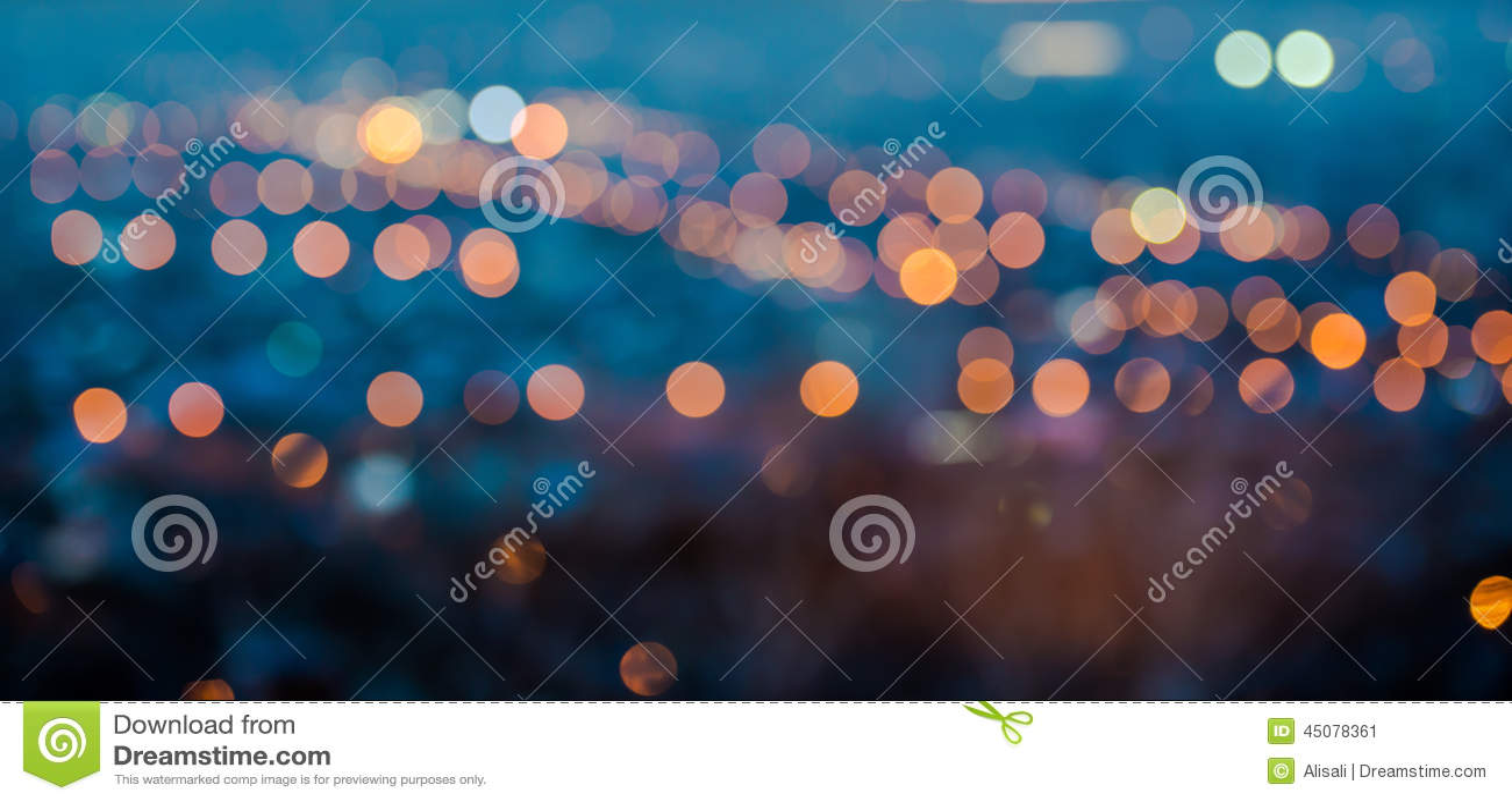 Les lumières de flou de ville soustraient le bokeh circulaire sur le fond bleu