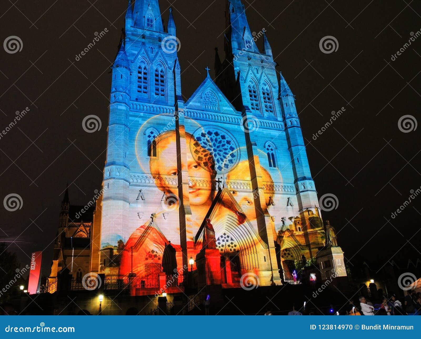 Les lumières de Noël est l événement annuel par l éclairage de projection sur l église de cathédrale du ` s de St Mary nous racon
