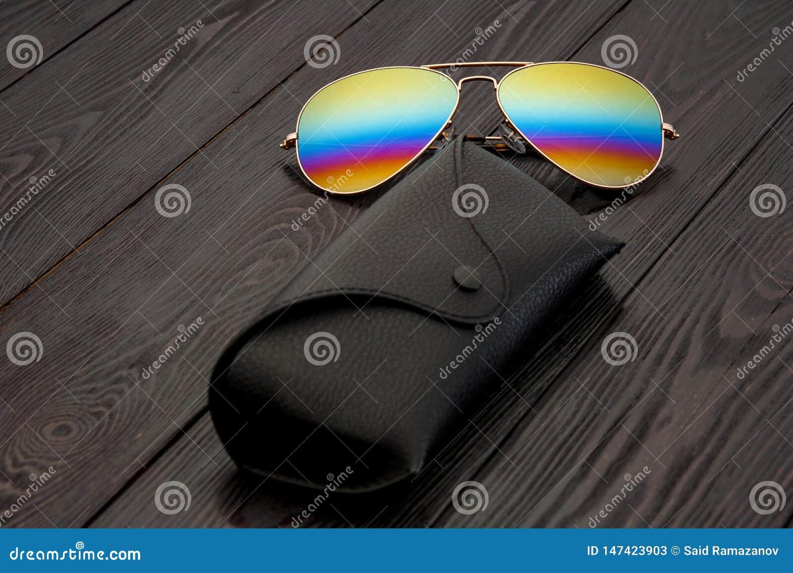 Les lunettes de soleil d aviateur d ?t? avec les lentilles refl?t?es de couleur ont fait du verre dans un cadre en m?tal de coule