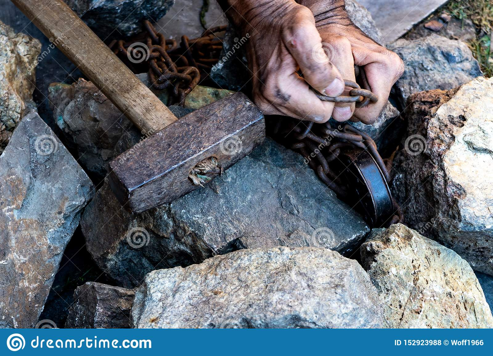 Les mains d un esclave afin d essayer de libérer Le symbole du travail de forçat Mains dans les r?seaux